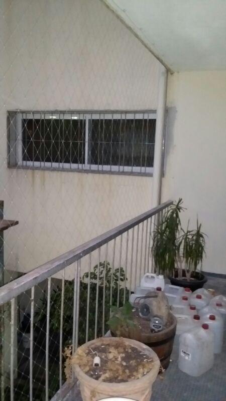 Colocación de red de protección en ventana